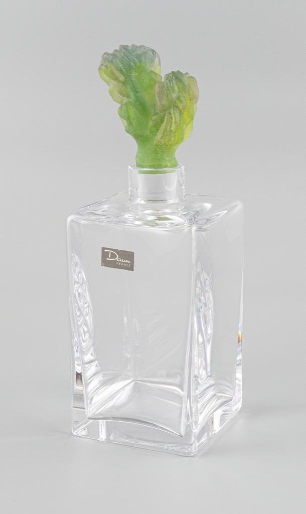 18- DAUM France. Carafe en cristal, le bouchon en verre en verre moulé représentant un cactus. Adjugé 280€