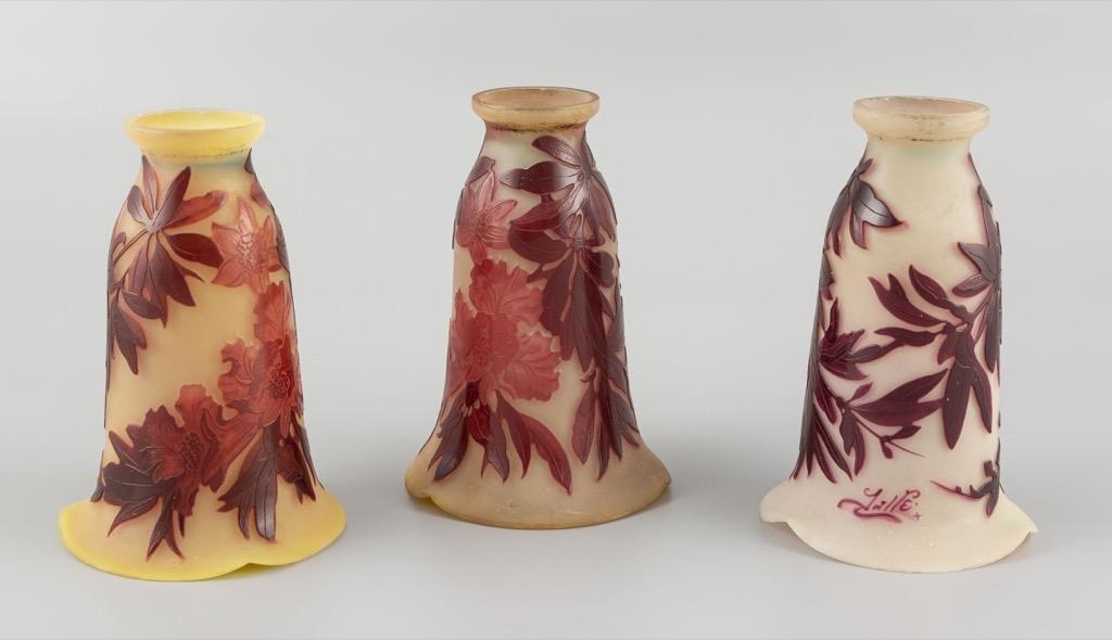 25-1- GALLE. Trois tulipes en pâte de verre à décor dégagé à l'acide. H16,5cm. Adjugé 1500€