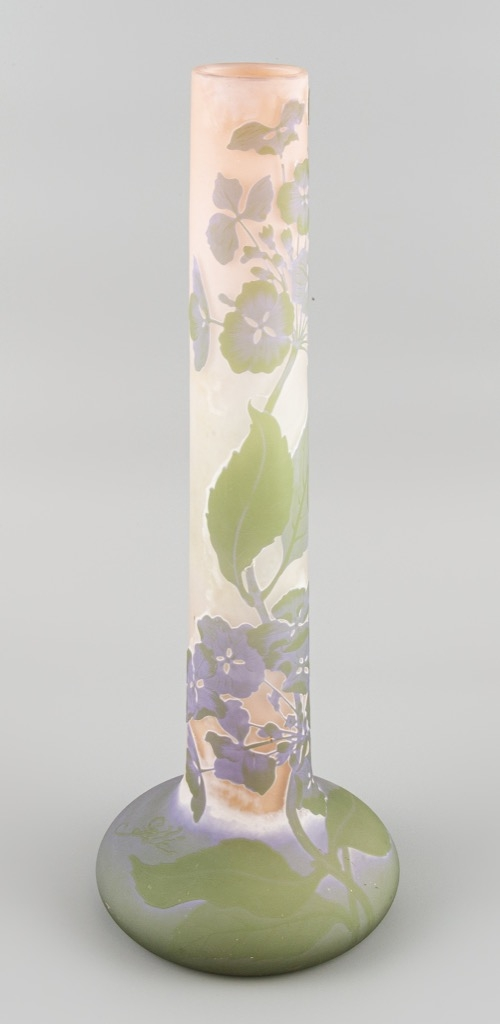 25- GALLE. Vase tubulaire en pâte de verre à décor dégagé à l'acide. Signature japonisante. H43,5cm. Adjugé 1100€