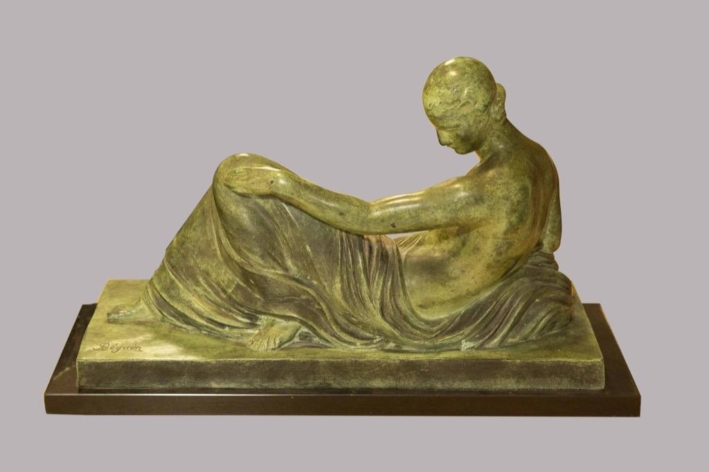 89- BEGUIN. Rêverie. Sculture volume en bronze signée sur la terrasse. H30cm. Adjugé 500€
