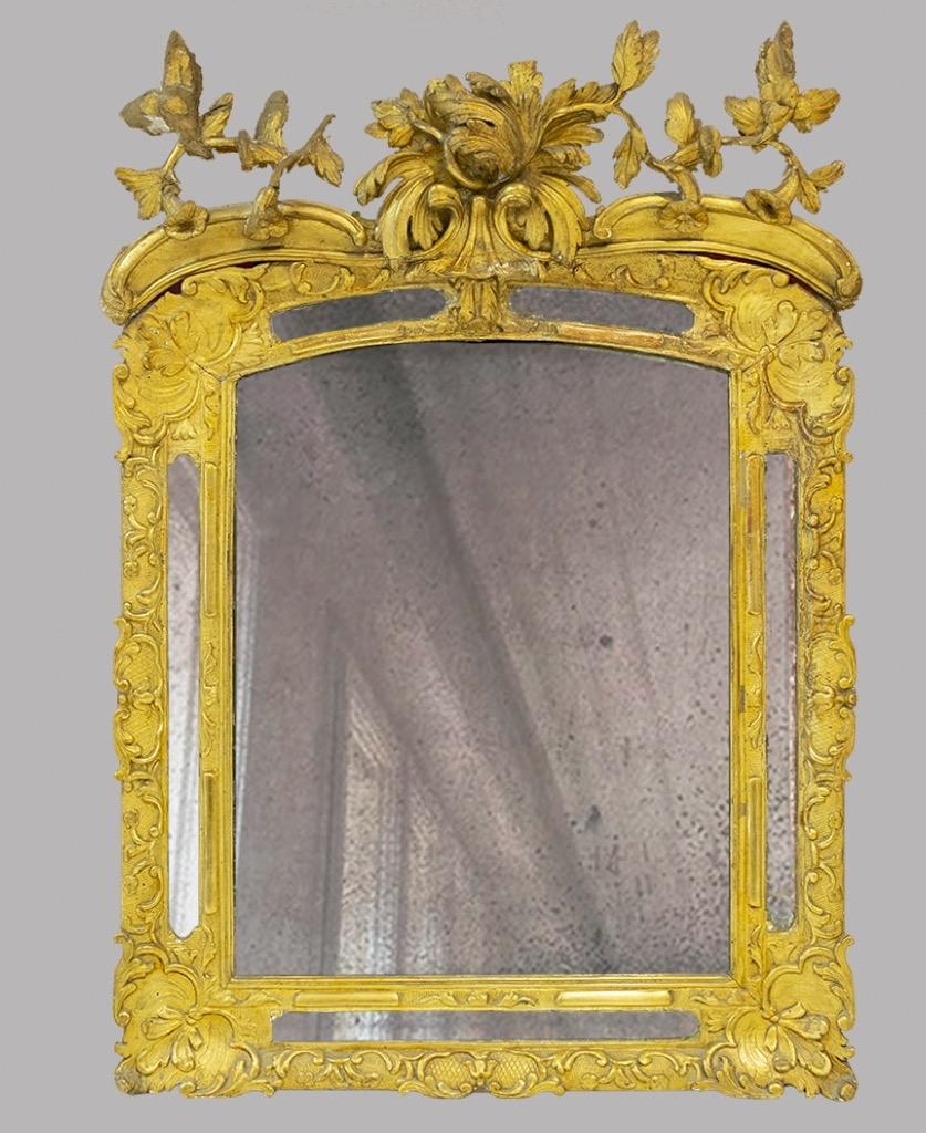 98- Glace dans un cadre en bois et stuc doré. H105cm. Adjugé 280€