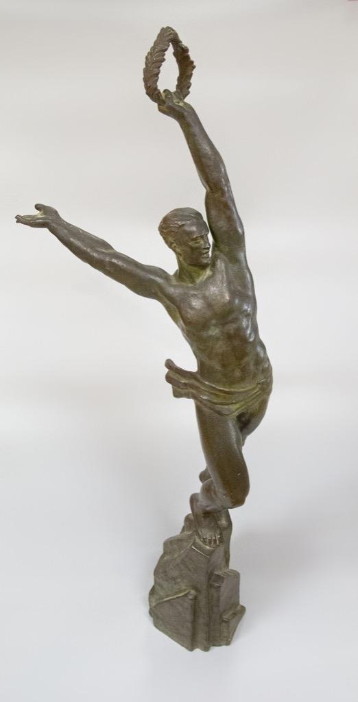 110 Pierre LE FAGUAYS (1892-1962). Figure olympienne. Sculpture volume en bronze à patine nuancée verte. H70cm. Adjugé 1250€