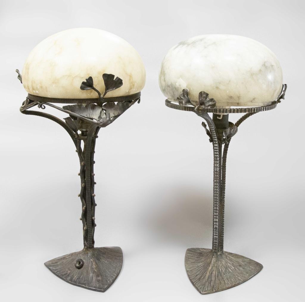 150 Henri FORNIER (XIX-XX). Deux lampes de table en fer forgé, les abats-jour en albatre. H37cm. Adjugé 300€