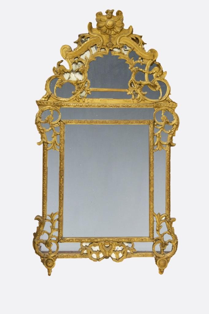 239 Important miroir dans un cadre en bois doré à décor scuplté. Epoque XVIIIème siècle.H 166cm. Adjugé 2300€