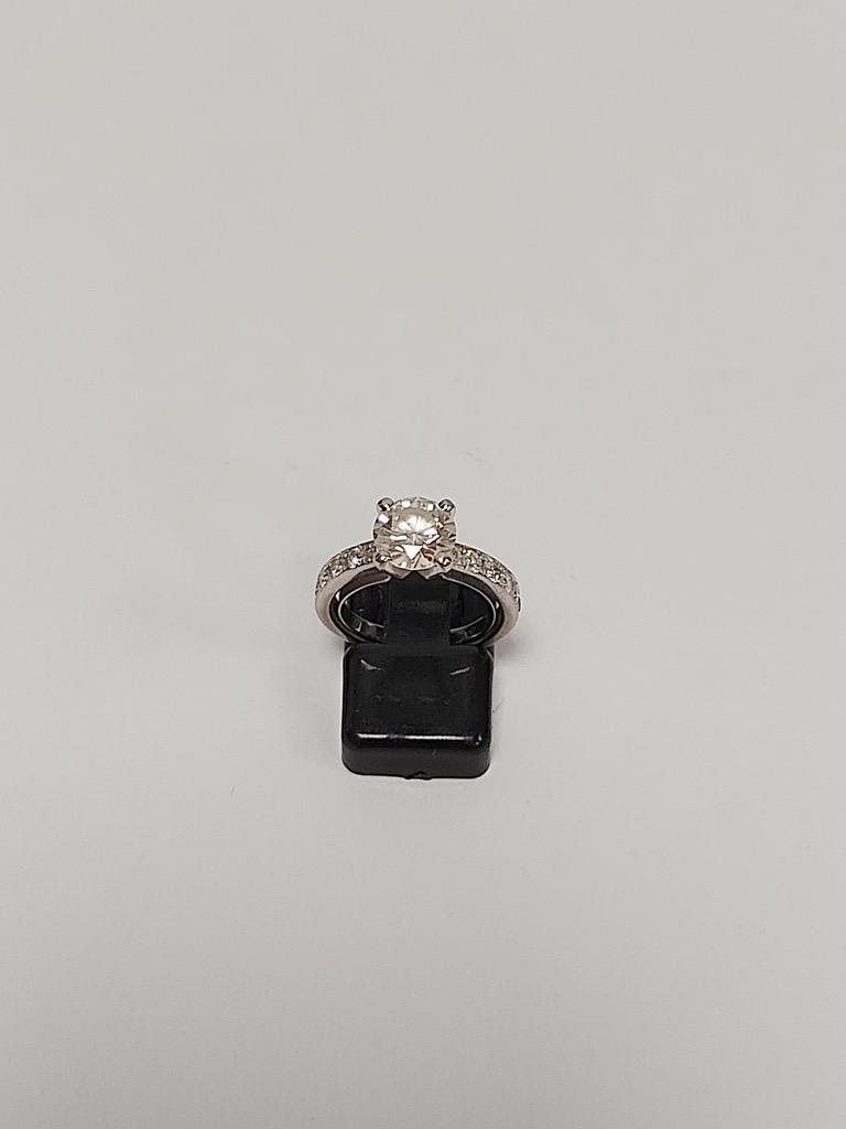 30-1 PIAGET. Bague solitaire en or blanc 18K 750° serti d'un diamant de taill brillant pour un poids de 1,52cts et douze diamants en chute. Poids brut 4g. Adjugé 7400€