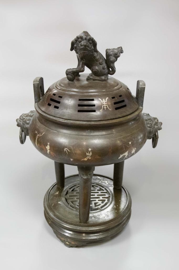 94 Chine. Brûle parfum en bronze en trois parties orné d'incrustations d'argent à décor de personnages. H47cm. Adjugé 1050€