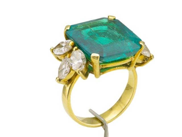 100-1 Bague en or jaune ornée d'une émeraude de 7,4cts épaulée de 6 diamants pour 1,5ct. Adjugé 15000€