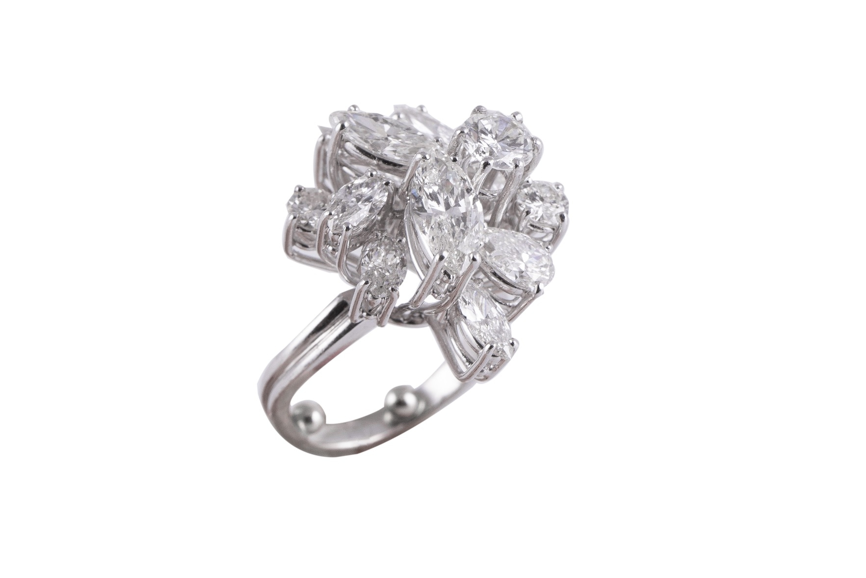 102 - Bague en or blanc sertie de diamants. Adjugé 6720€