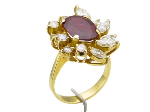 105-1 Bague en or jaune sertie d'un rubis épaulé de 7 diamants et 6 diamants.