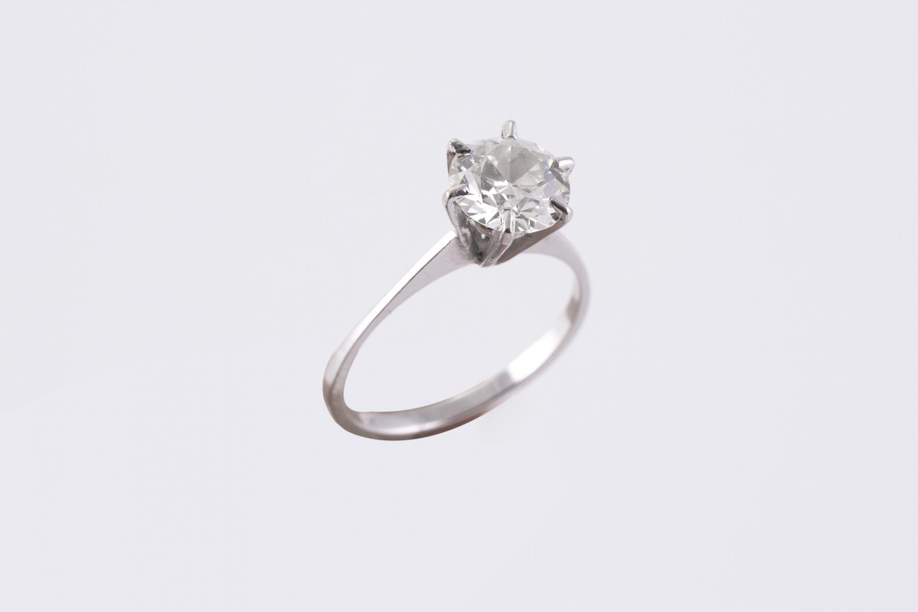 106 - Solitaire en or blanc serti d'un diamant d'neviron 1,25 carat. Adjugé 1800€