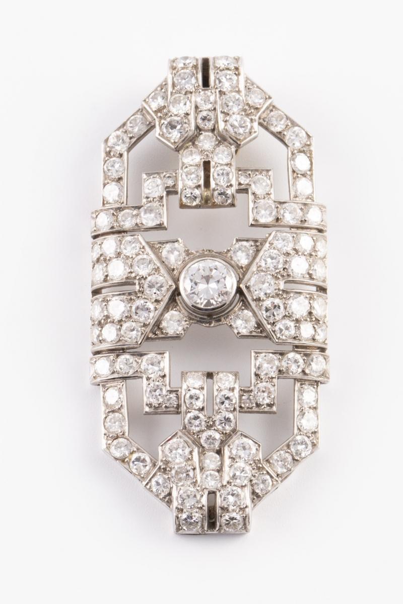118 - Broche de style Art Déco en platine et or jaune serti de diamants pour un poids d'environ 4,5 carats. Adjugé 1750€
