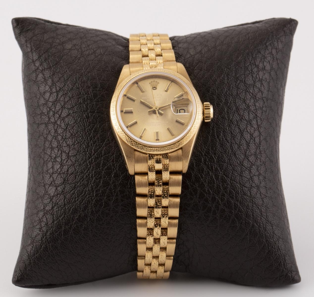 130 - ROLEX. Montre de dame en or jaune Oyster perpetual datejust, bracelet Jubilé Ecorce. Adjugé 5002€