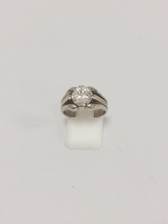 147 - Bague en or blanc sertie d'un diamant central pour un poids d'environ 1,85 carats. Adjugé 3960€
