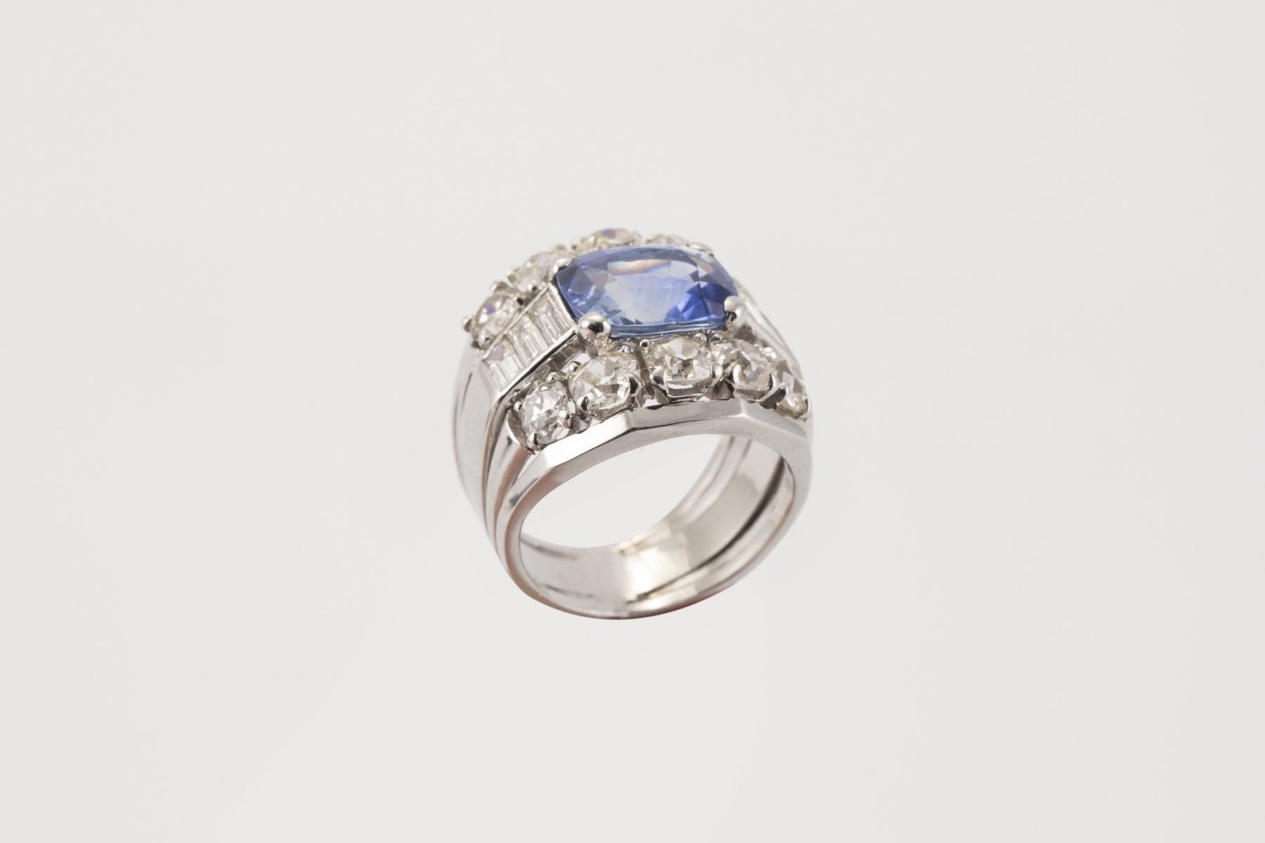 151 - Bague en platine sertie de diamants pour un poids d'environ 2,5cts et saphir. Adjugé 3960€