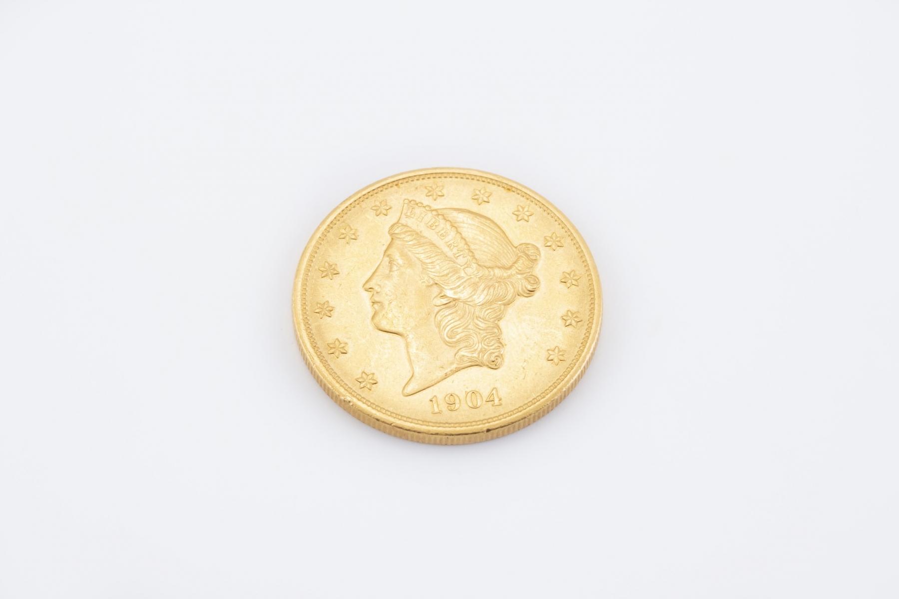 2 (2) - Pièce de 20 dollars or datée 1904. Adjugé 1416€