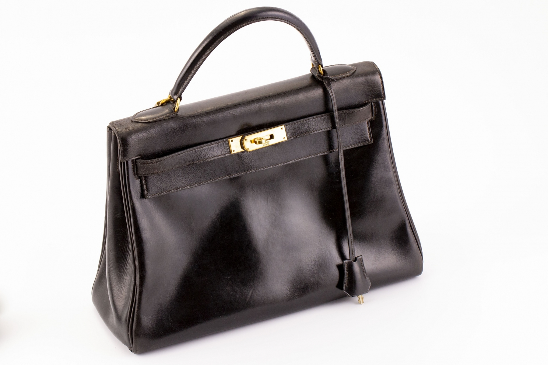 263 - HERMES Paris. Sac modèle Kelly en cuir noir. Adjugé 2000€