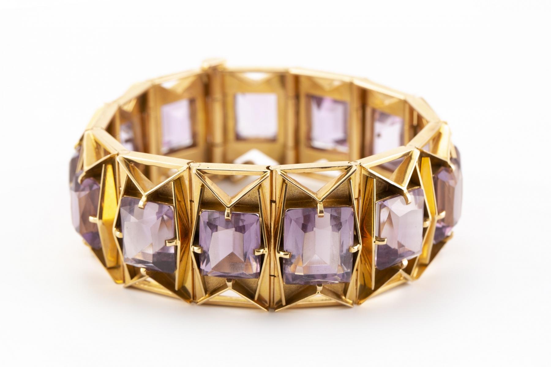 30 - Boissonet Paris. Bracelet semi rigide en or jaune serti d'amethystes. Adjugé 3360€