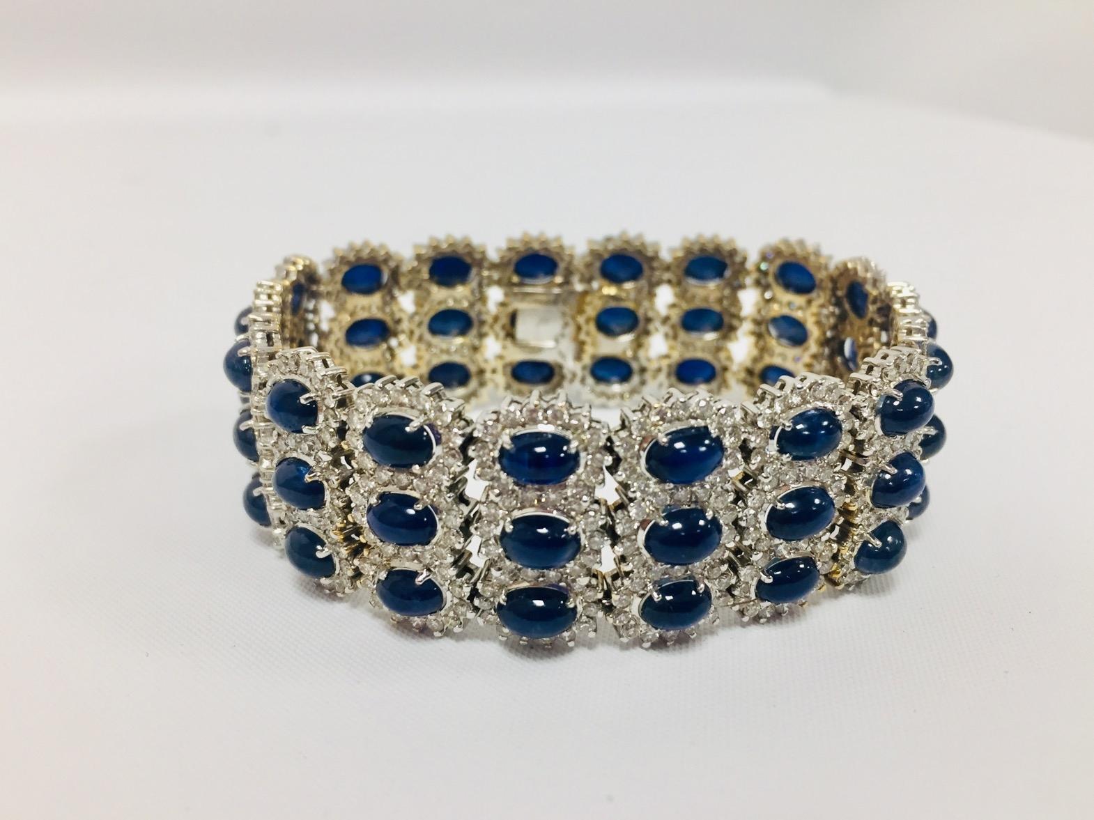 50-1 Bracelet manchette en or blanc et jaune serti de 3 rangées de saphirs cabochons et brillants. Adjugé 4750€