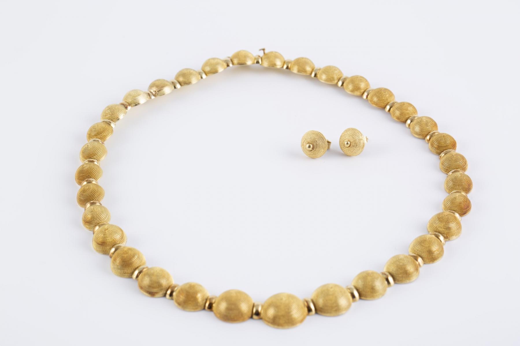 50 - Parure en or jaune comprenant un collier ras de cou et une paire de boucles d'oreilles assorties. Adjugé 3750€