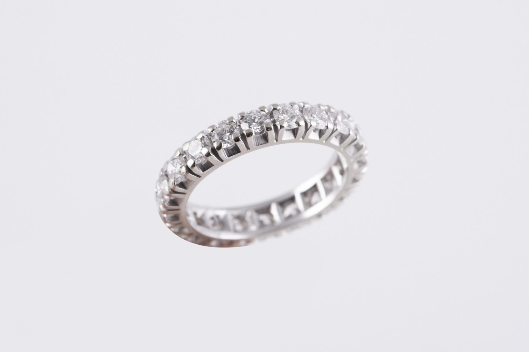 64 - Alliance américaine en or blanc sertie de diamants pour un poids d'environ 2cts. Adjugé 1313€
