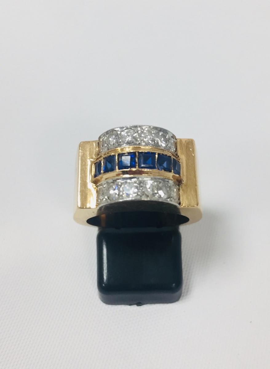 66-1 Bague tank en or jaune et platine sertie de 12 diamants et saphirs synthétiques. Adjugé 720€