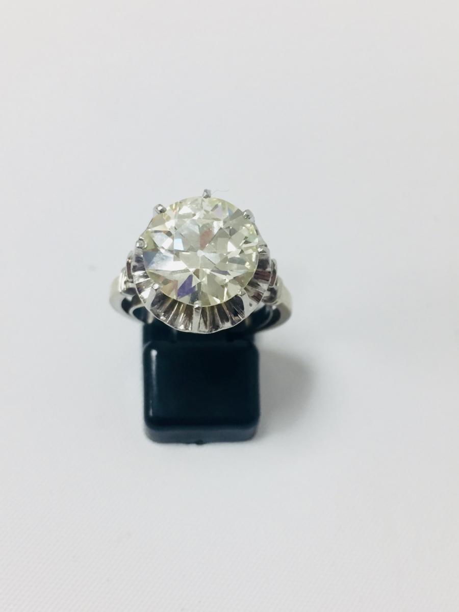 85-1 - Bague solitaire en or blanc et platine sertie d'un diamant d'environ 5cts. Adjugé 18000€
