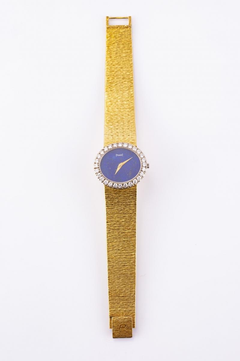 90 - PIAGET. Montre de dame en or jaune, la lunette sertie de brillants, le cadran lapis lazuli. Adjugé 7750€