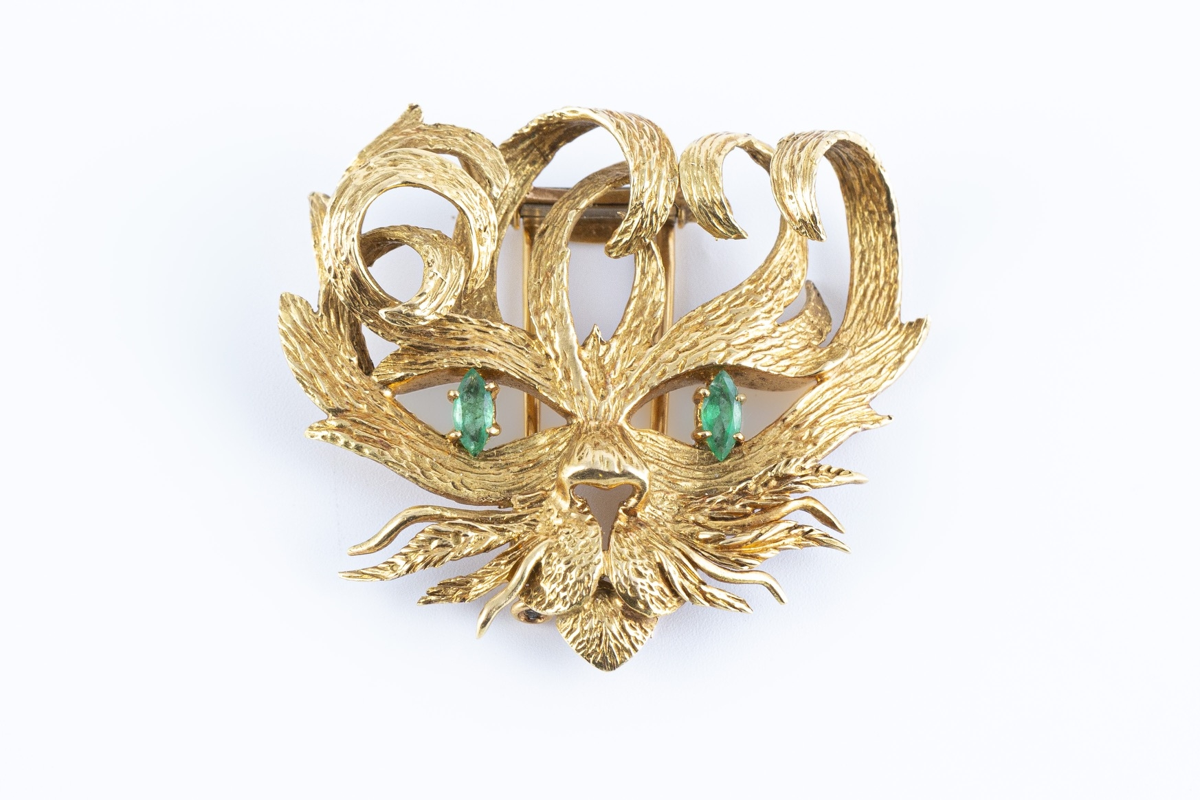 93 - HERMES Paris. Broche tête de lion en or jaune, les yeux sertis de deux petites émeraudes. Adjugé 2640€
