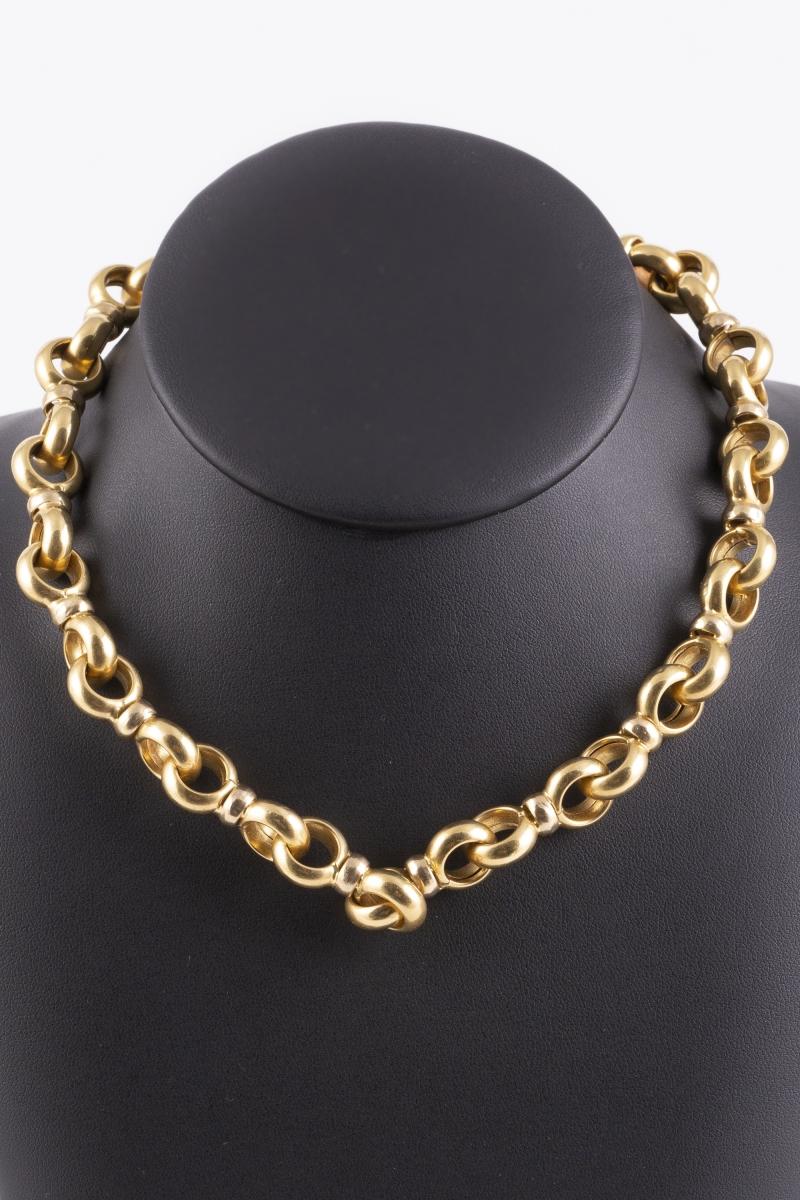 114- Collier ras-de-cou en or jaune à grosses mailles alternées, le fermoie serti de cabochons en lapis lazuli. Adjugé 1800€