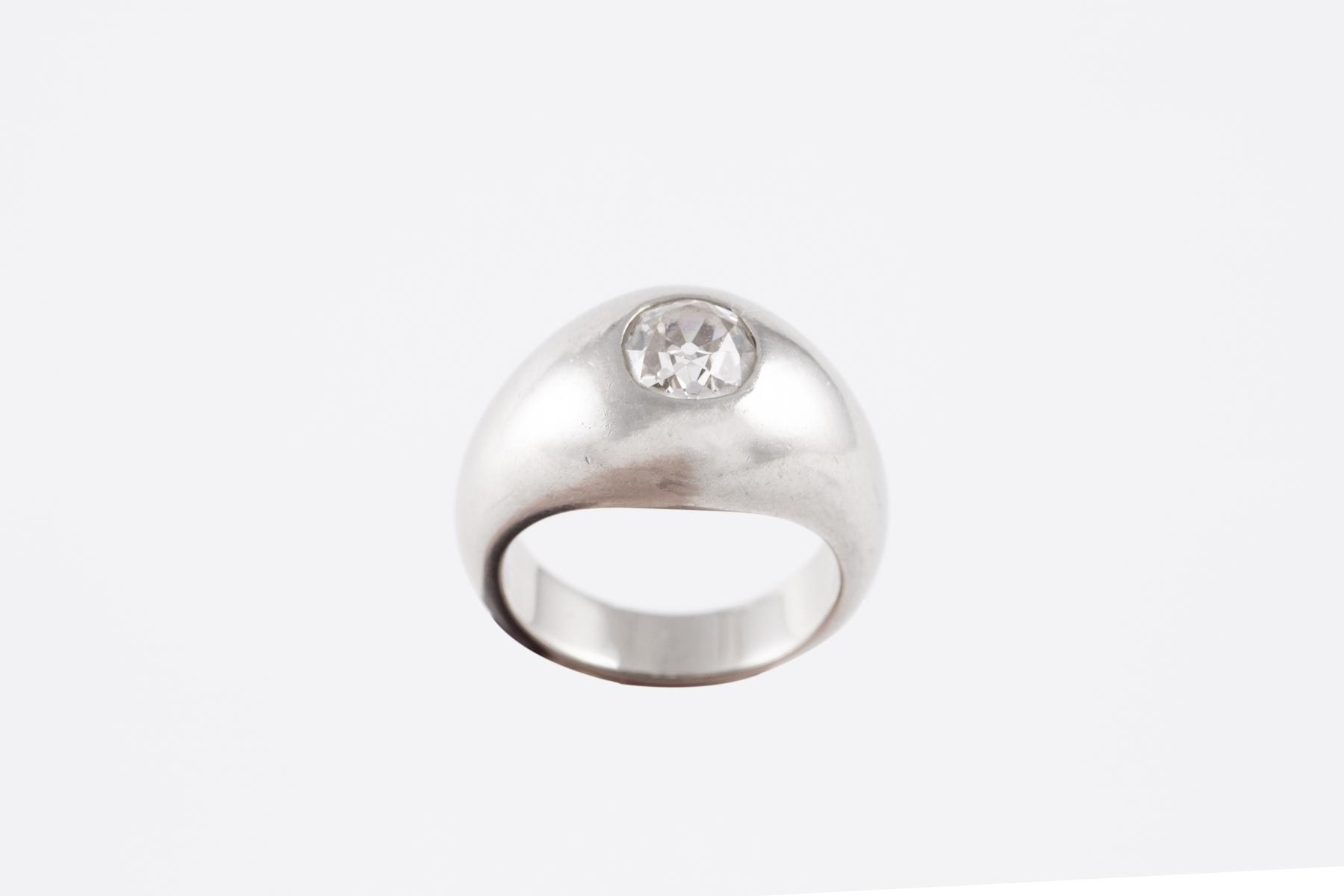 117- Bague solitaire en métal ornée d'un diamant central d'envrion 1 carat. Adjugé 1400€