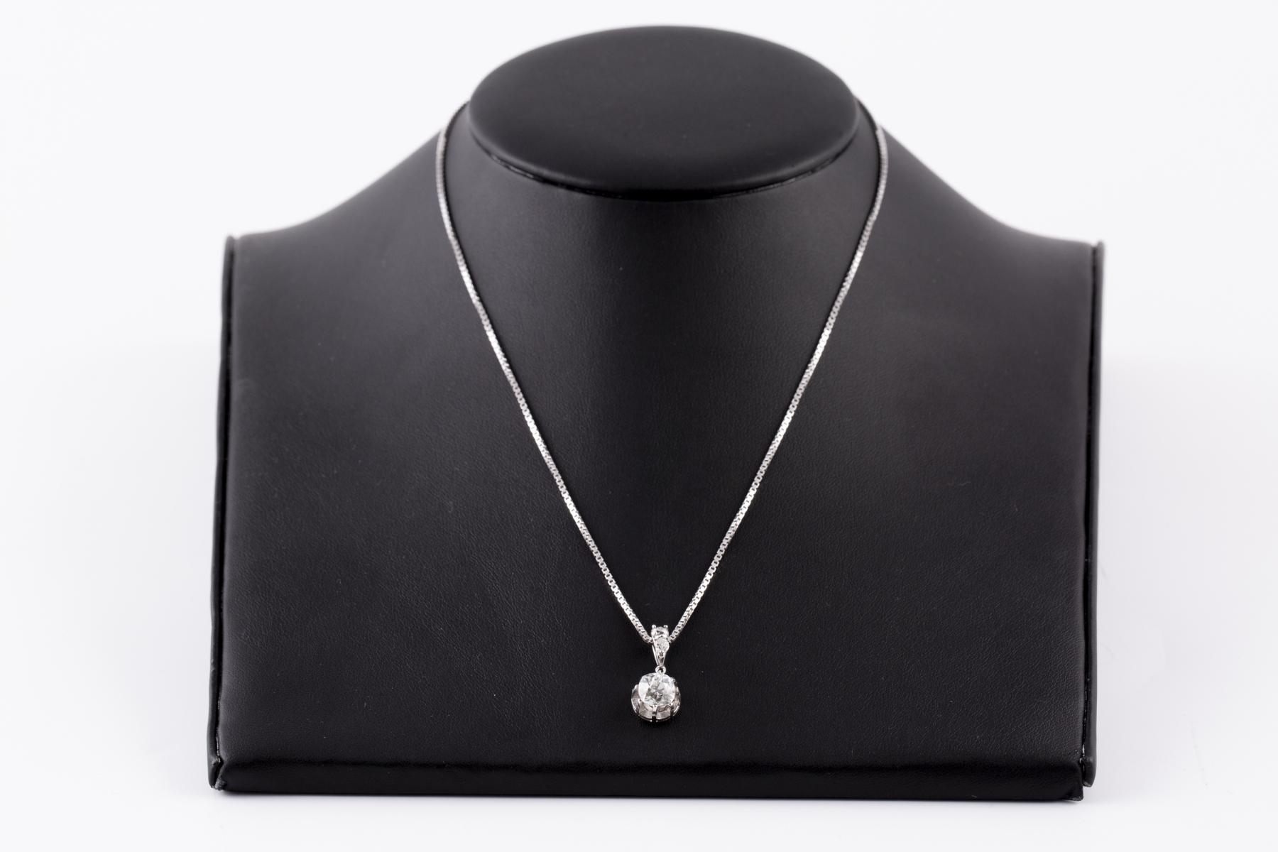 161- Collier en or blanc orné d'un pendentif serti de diamants. Adjugé 3000€