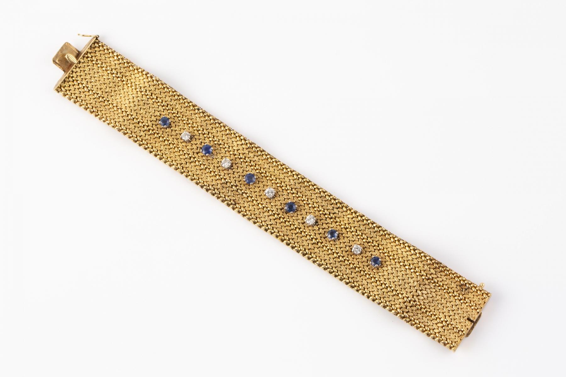 170- Bracelet manchette en or tressé orné de petits diamants et saphirs. Adjugé 1300€