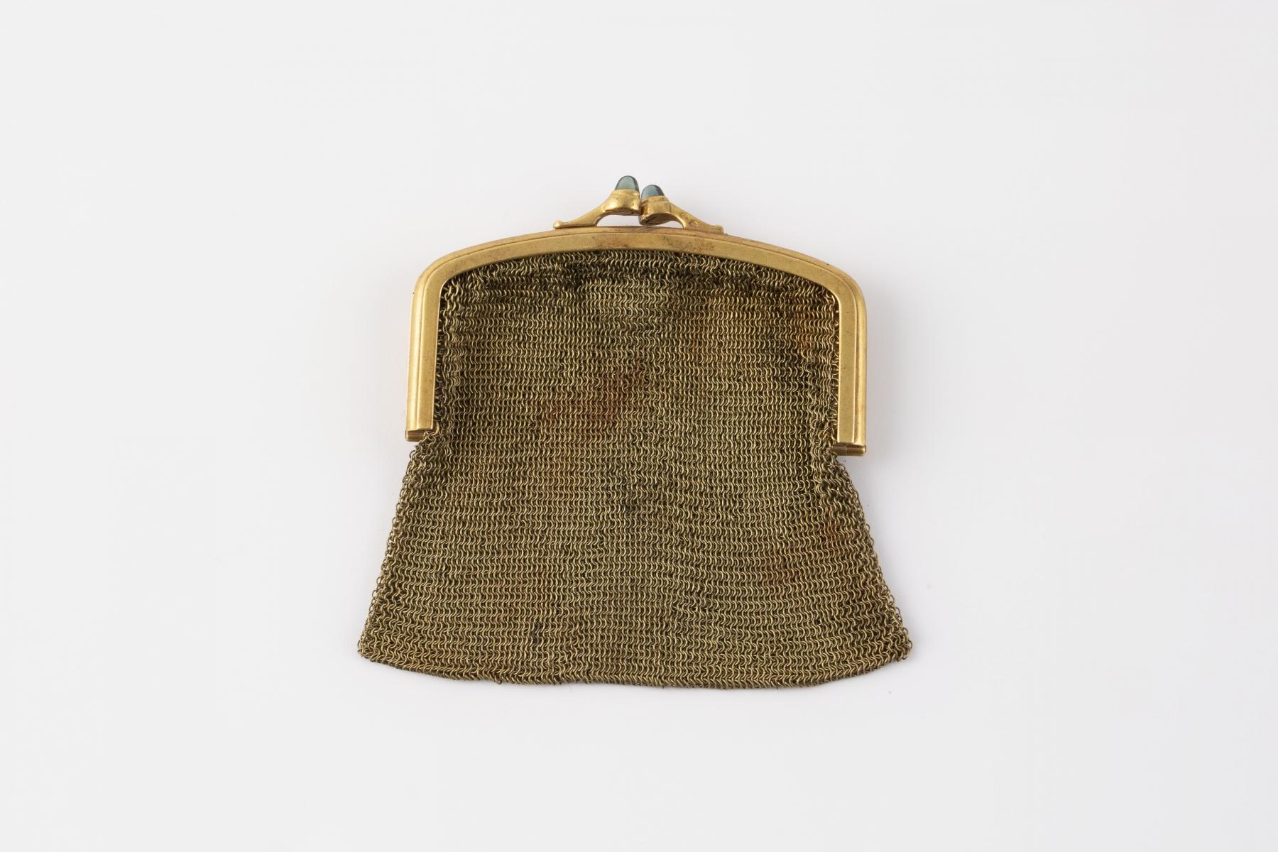 173- Aumonière en or jaune, le fermoir orné de petits saphirs cabochons. Adjugé 1150€