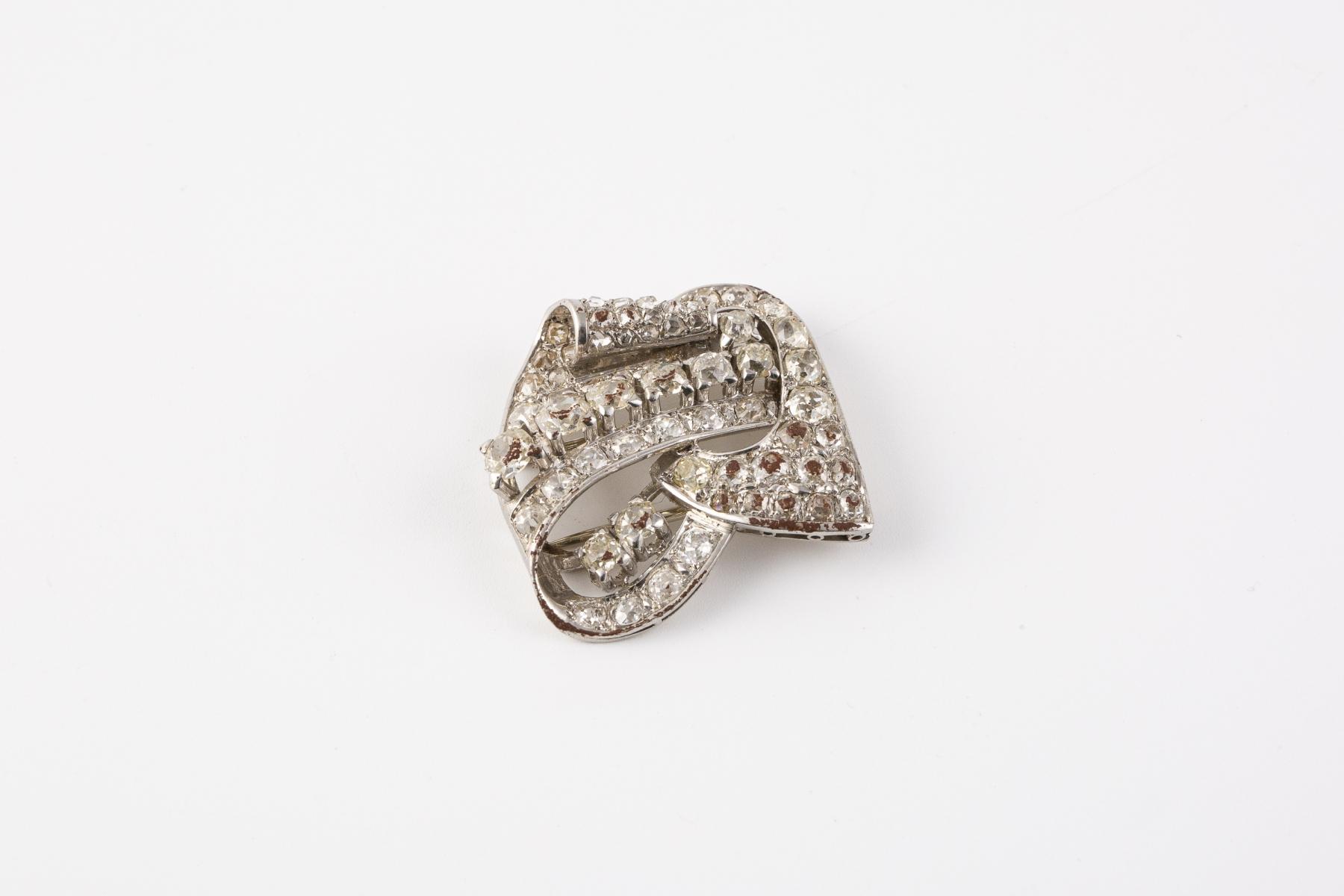 192- Broche en platine ornée de petits diamants de taille ancienne et taille rose.