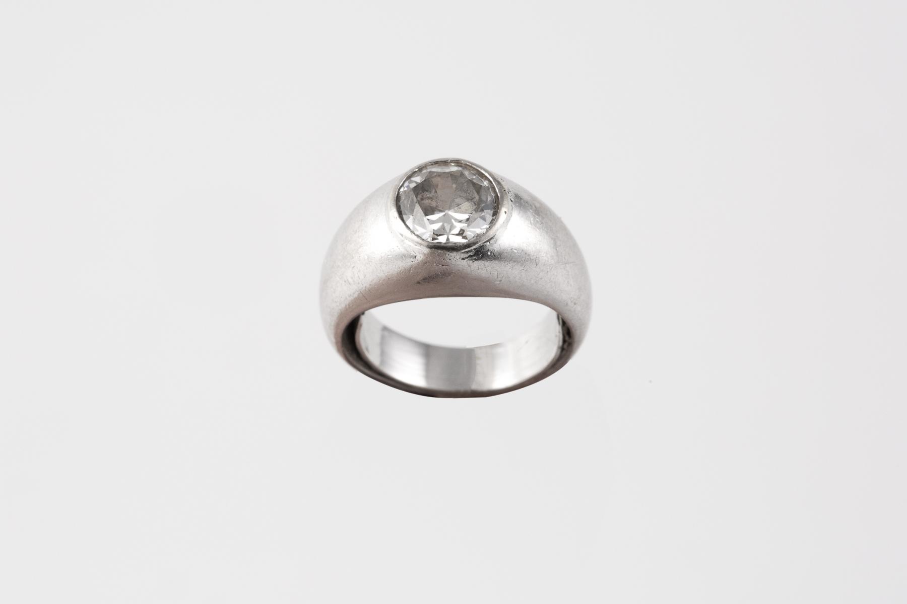 200- Bague jonc en or blanc orné d'un diamant d'environ 1 carat. Adjugé 2500€