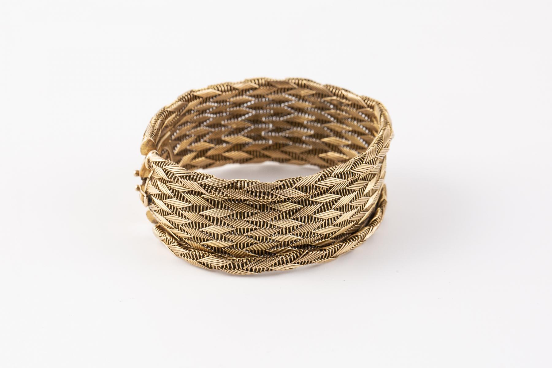 208- Bracelet manchette semi rigide en or jaune. Adjugé 1350