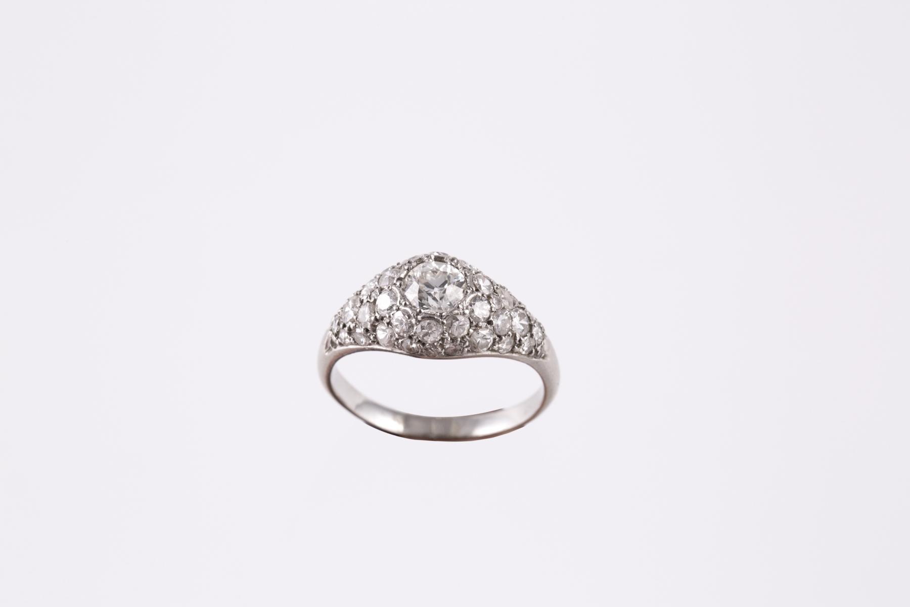 255- Bague en platine sertie d'un diamant d'environ 2 carats. Adjugé 1500€