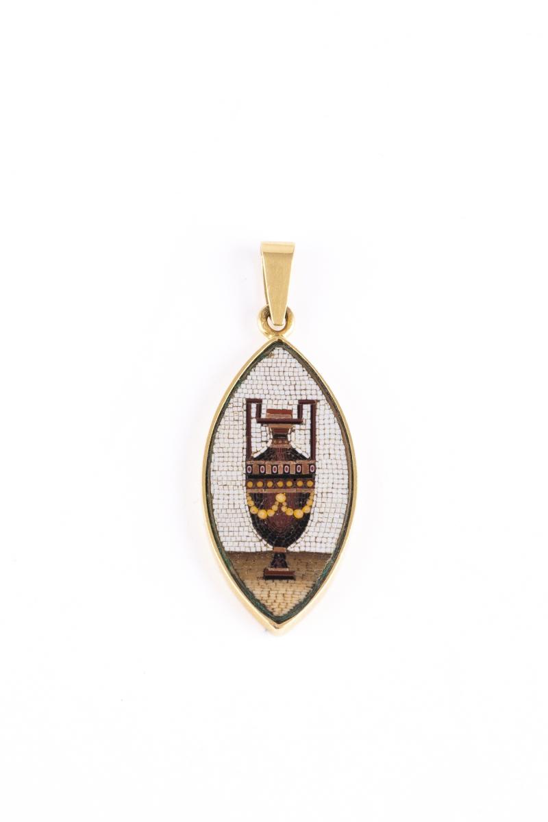 34- Pendentif avec monture en or jaune orné d'une micro-mosaique. Adjugé 950€