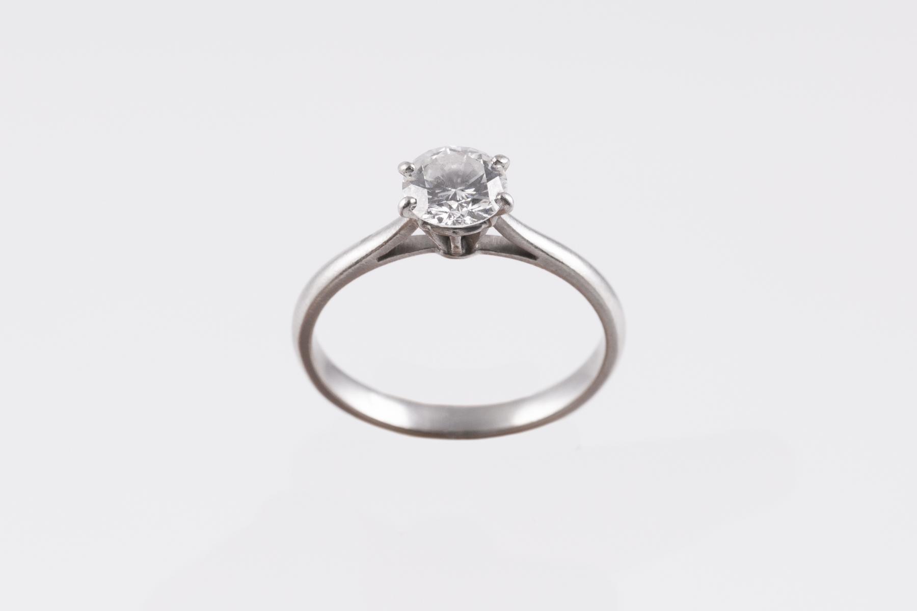 90- Bague solitaire en platine sertie d'un diamant central d'environ 0,7cts. Adjugé 1050€