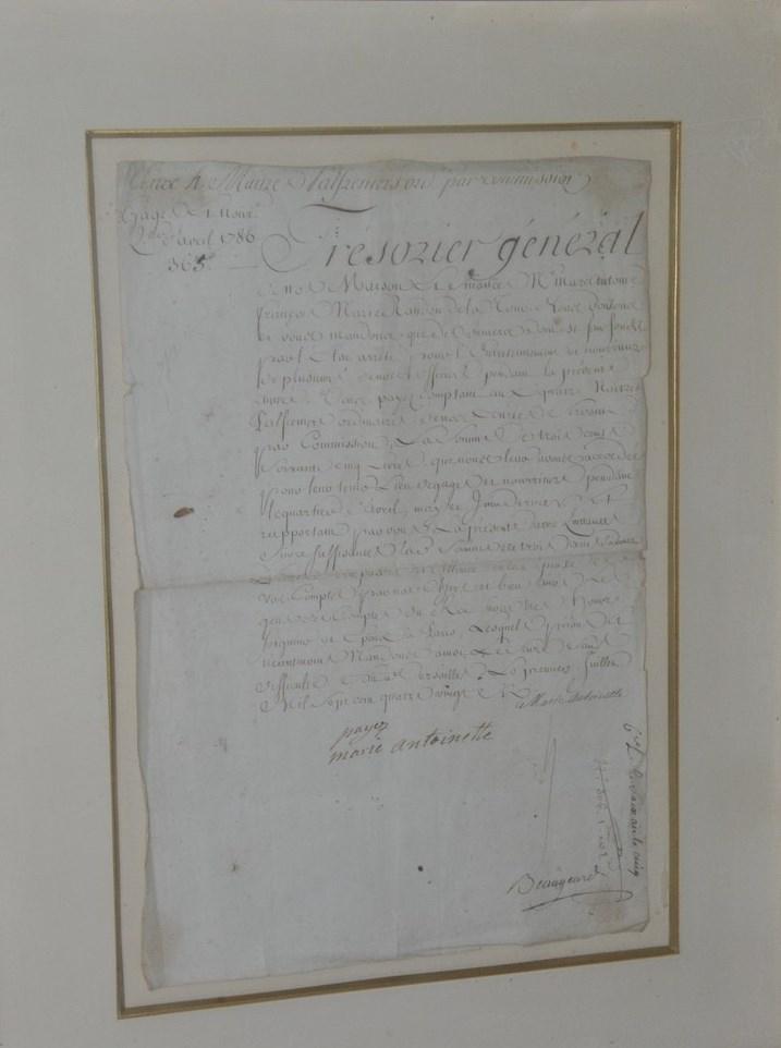 215- Marie-Antoinette (Reine). Pièce signée de la reine avec un mot autographe. Adjugé 4300€