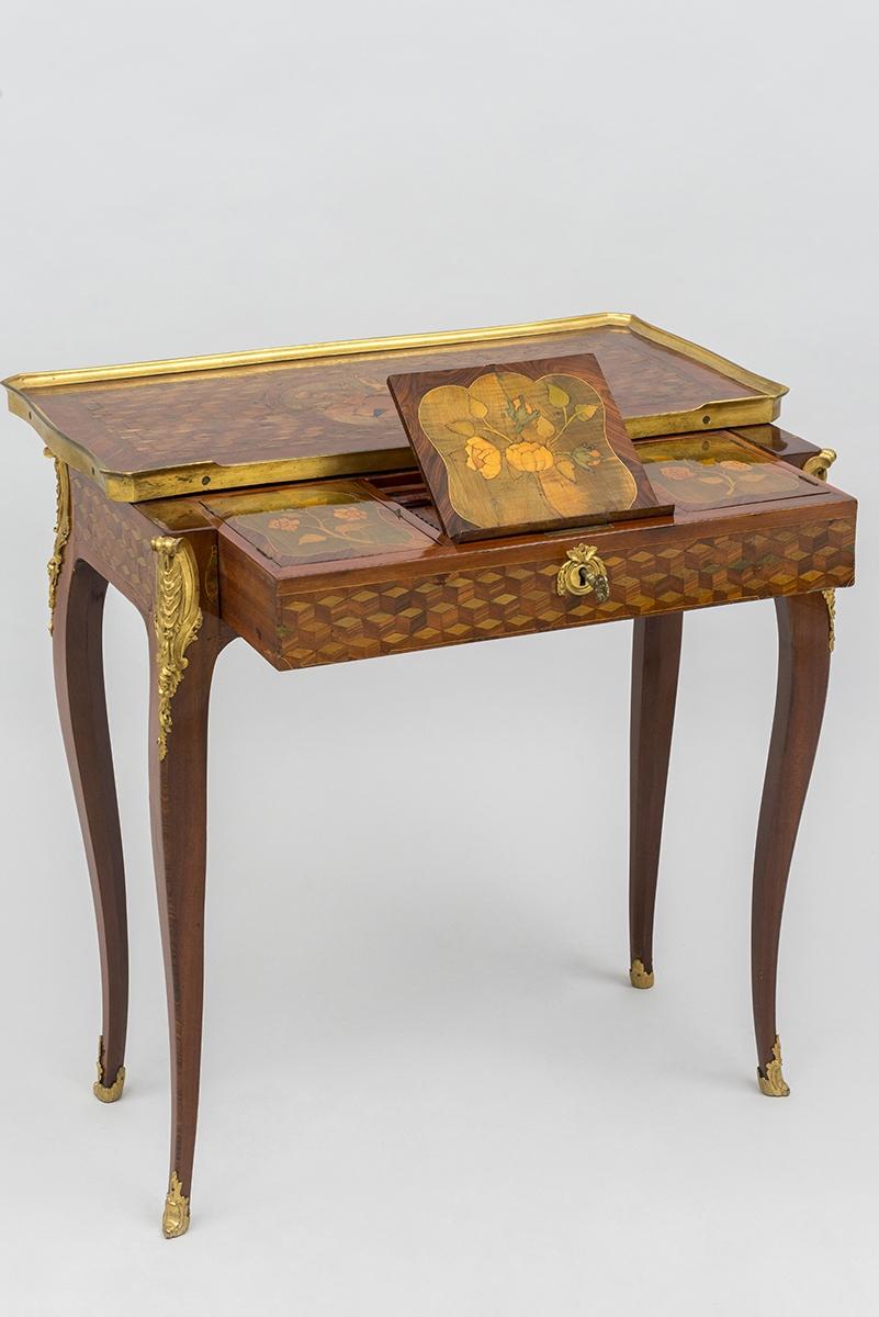 150 - Petite table liseuse marquetée estampillée JF. Oeben. Travail d'époque Louis XV vers 1760. 69x68x37cm. Adjugé 13 000€