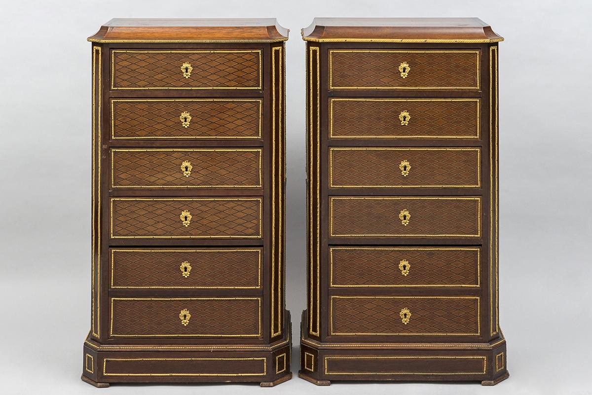 157 - Paire de chiffonnier en bois de placage marqueté ornés de bronze. Adjugé 400