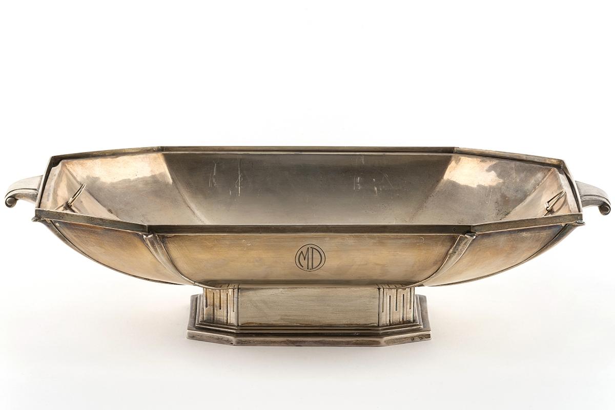 38 - Grande coupe en argent poinçon Minerve de style Art Déco. Adjugé 2000€