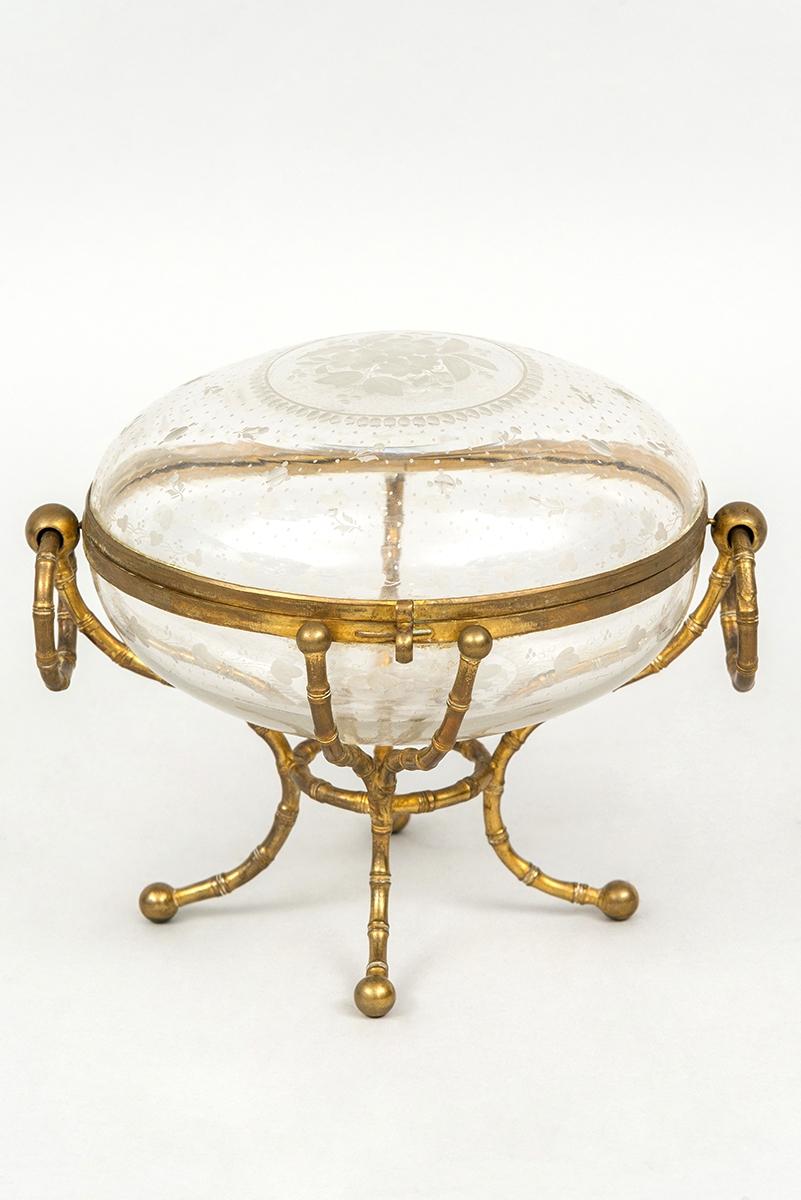 50 - Travail de la Maison Giroux, bonbonière en cristal orné d'une monture en bronze doré. Adjugé 800€