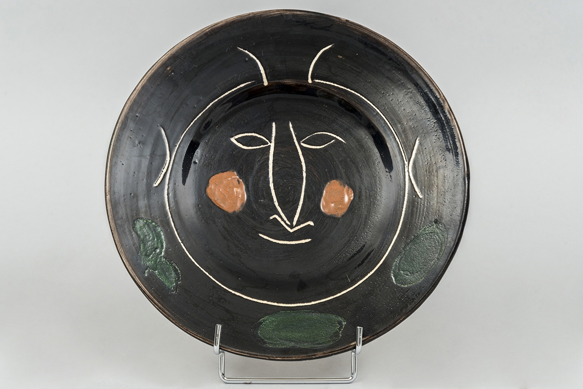 90 - Pablo PICASSO. Assiette H en céramique vernissée noire. Adjugé 3500€