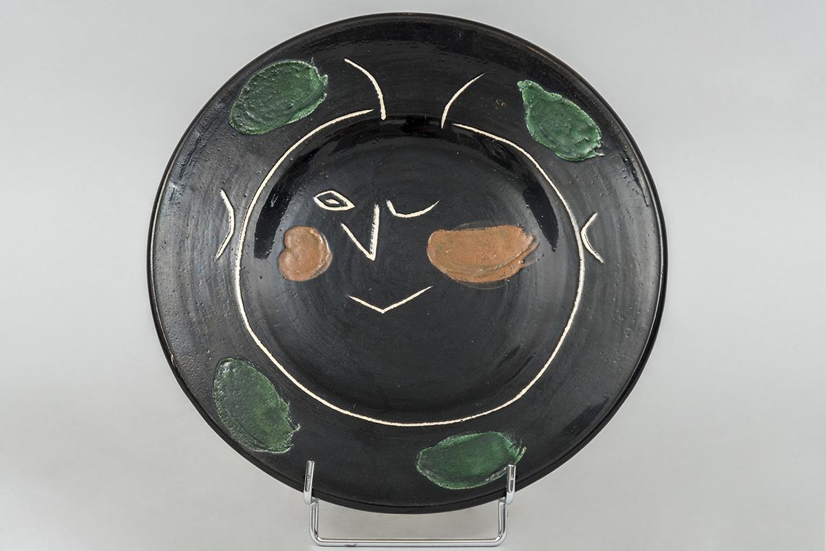 91 - Pablo PICASSO. Assiette K en céramique vernissée noire. Adjugé 3500€