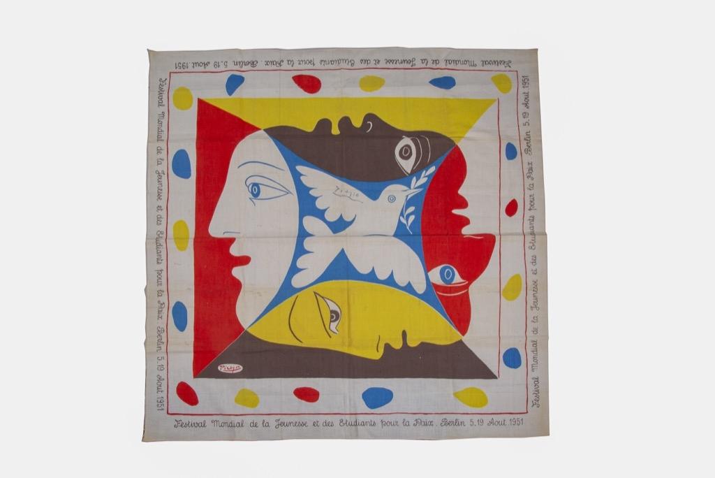 @1024-112 - Pablo PICASSO. Foulard imprimé avec signature de l'artiste au centre.80x80cm. Adjugé 1600€
