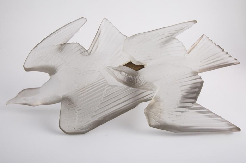 @1024-37 - LALIQUE France. Applique modèle aux hirondelles en verre moulé pressé blanc satiné. L50cm. Adjugé 1100€