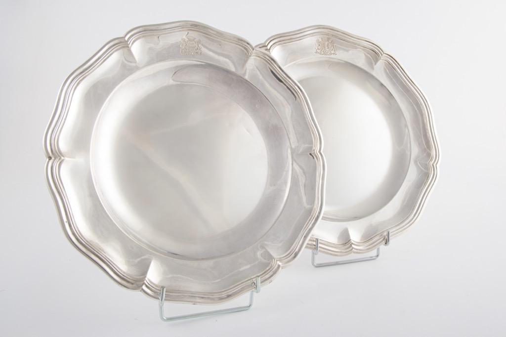@1024-73 - Deux plats en argent poinçon Minerve modèle filets à bords contours à décor gravé d'armoiries. Adjugé 460€