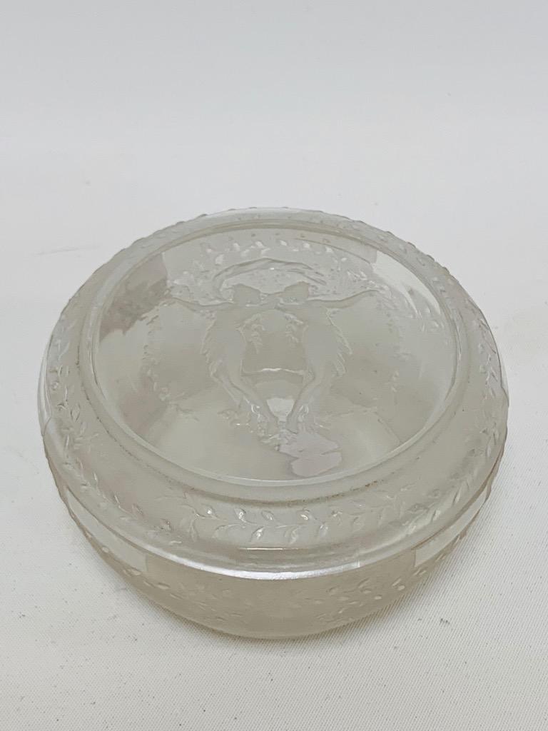 @1024-13 - René LALIQUE. Louveciennes ou deux femmes enlacées. Boîte à poudre en verre moulé pressé blanc satiné signée.H5cm.D8,5cm. Adjugé 1000€